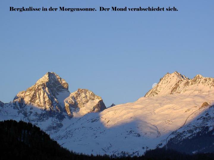 Bergkulisse in der Morgensonne.  Der Mond verabschiedet sich.