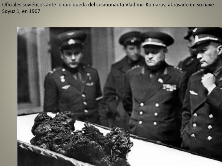 Oficiales soviéticos ante lo que queda del cosmonauta Vladimir