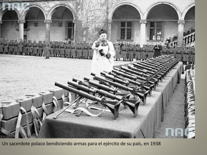 Un sacerdote polaco bendiciendo armas para el ejército de su país, en 1938