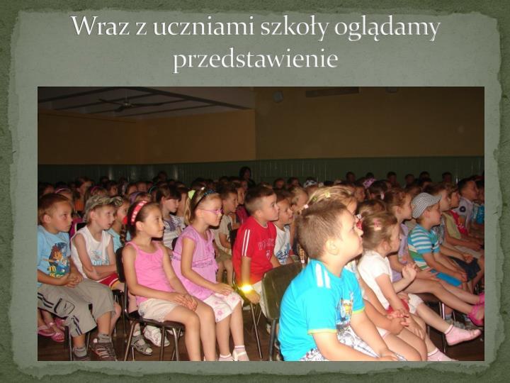 Wraz z uczniami szkoły oglądamy przedstawienie