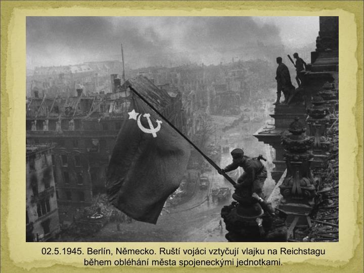 02.5.1945. Berln, Nmecko. Rut vojci vztyuj vlajku na Reichstagu bhem oblhn msta spojeneckmi jednotkami.