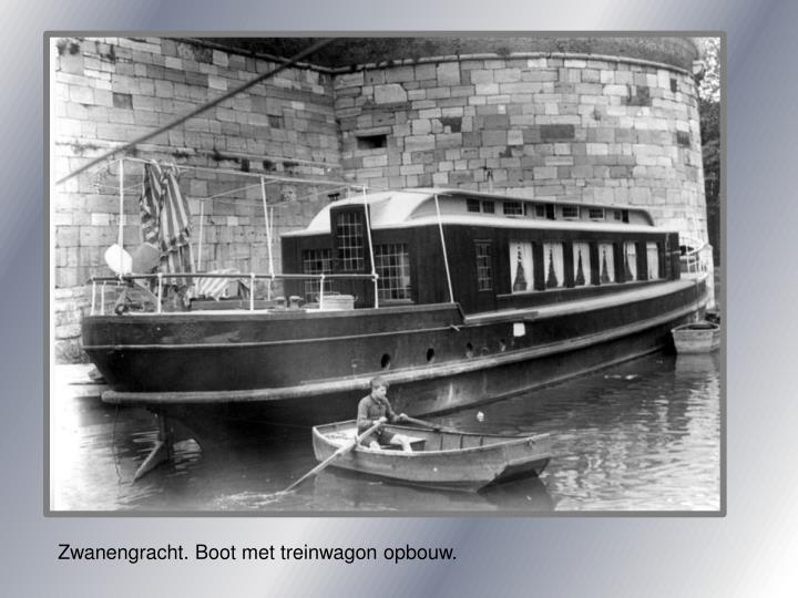 Zwanengracht. Boot met treinwagon opbouw.