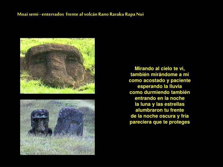 Moai semi - enterrados  frente al volcán Rano Raraku Rapa Nui