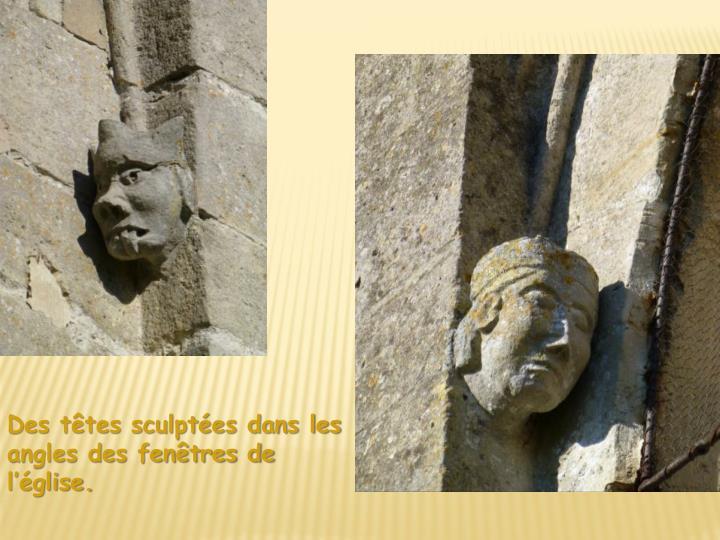 Des têtes sculptées dans les angles des fenêtres de l'église.