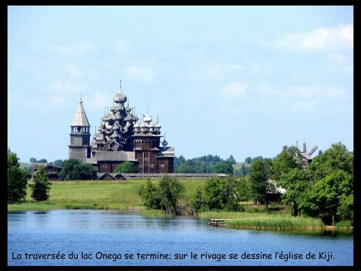 La traversée du lac Onega se termine; sur le rivage se dessine l'église de Kiji.