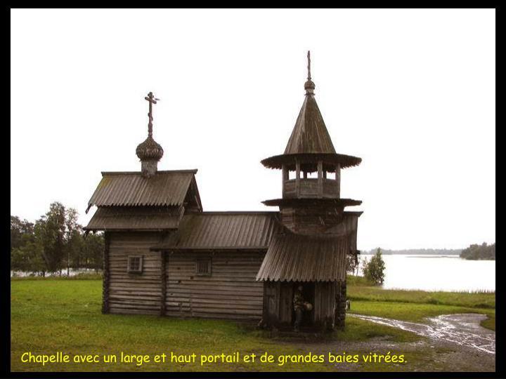 Chapelle avec un large et haut portail et de grandes baies vitres.