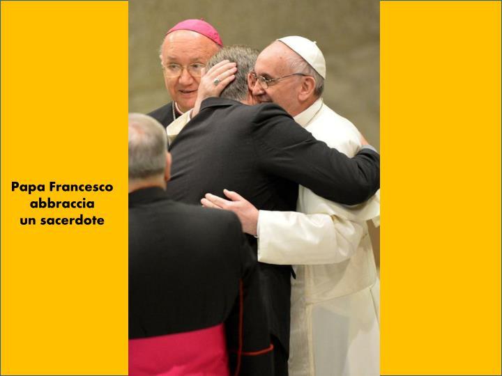 Papa Francesco abbraccia