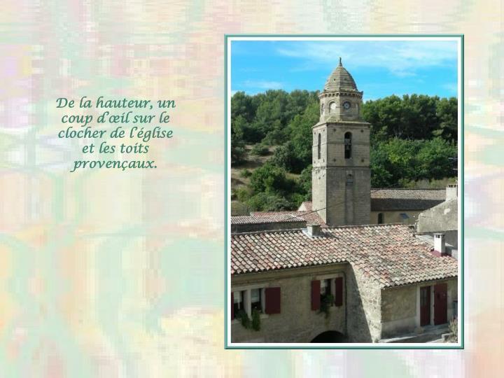 De la hauteur, un coup d'œil sur le clocher de l'église et les toits provençaux.