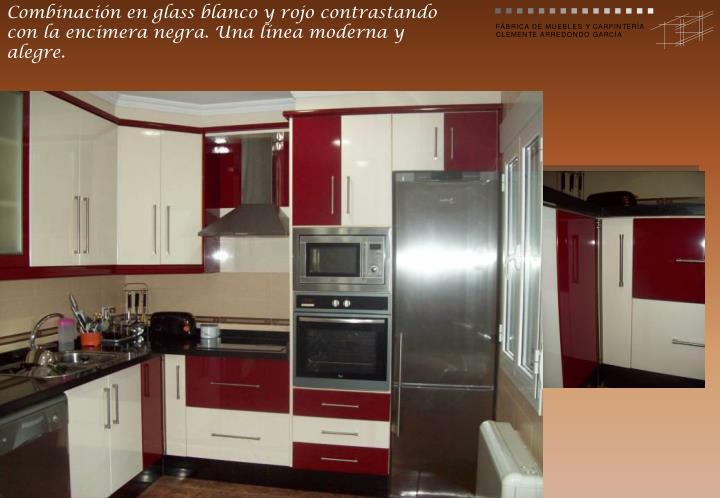 Combinación en glass blanco y rojo contrastando con la encimera negra. Una línea moderna y alegre.
