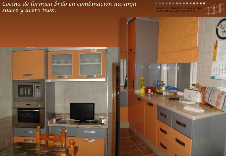 Cocina de formica brilo en combinación naranja suave y acero inox.