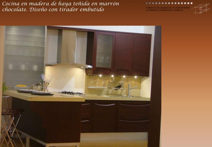 Cocina en madera de haya teñida en marrón chocolate. Diseño con tirador embutido