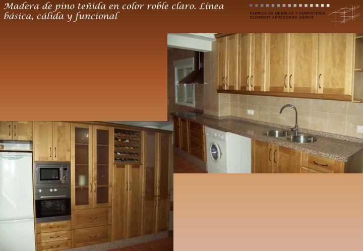 Madera de pino teñida en color roble claro. Línea básica, cálida y funcional