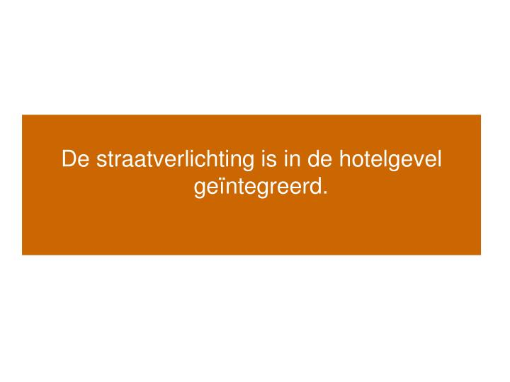 De straatverlichting is in de hotelgevel ge