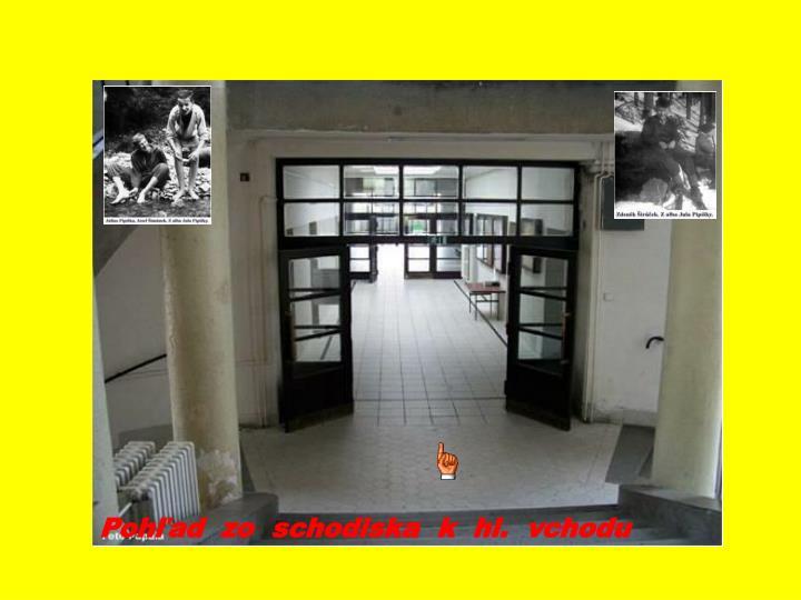 Pohľad  zo  schodiska  k  hl.  vchodu