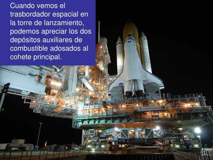 Cuando vemos el trasbordador espacial en la torre de lanzamiento, podemos apreciar los dos depósitos auxiliares de combustible adosados al cohete principal.