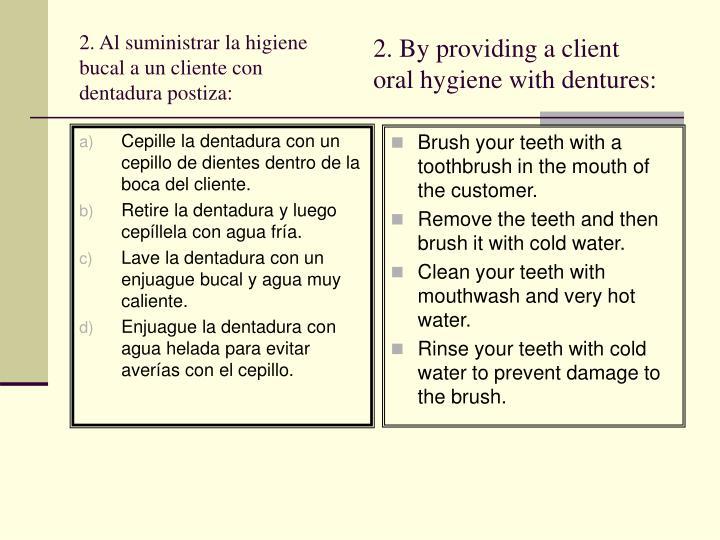 Cepille la dentadura con un cepillo de dientes dentro de la boca del cliente.