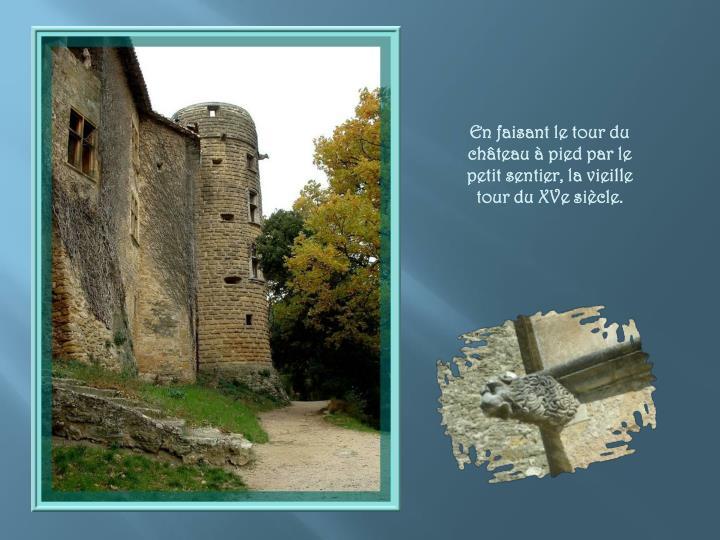 En faisant le tour du château à pied par le petit sentier, la vieille tour du XVe siècle.