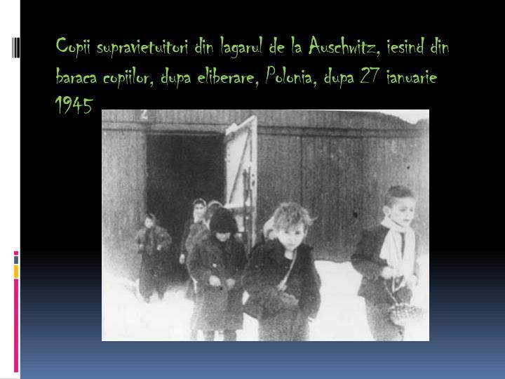 Copii supravietuitori din lagarul de la Auschwitz, iesind din baraca copiilor, dupa eliberare, Polonia, dupa 27 ianuarie 1945