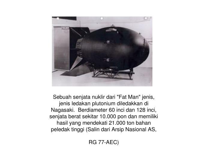 """Sebuah senjata nuklir dari """"Fat Man"""" jenis, jenis ledakan plutonium diledakkan di Nagasaki.  Berdiameter 60 inci dan 128 inci, senjata berat sekitar 10.000 pon dan memiliki hasil yang mendekati 21.000 ton bahan peledak tinggi (Salin dari Arsip Nasional AS, RG 77-AEC)"""