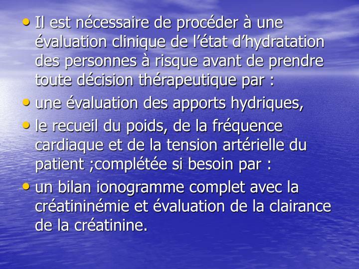 Il est nécessaire de procéder à une évaluation clinique de l'état d'hydratation des personnes à risque avant de prendre toute décision thérapeutique par: