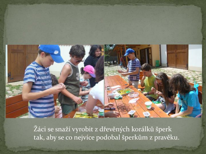 Žáci se snaží vyrobit z dřevěných korálků