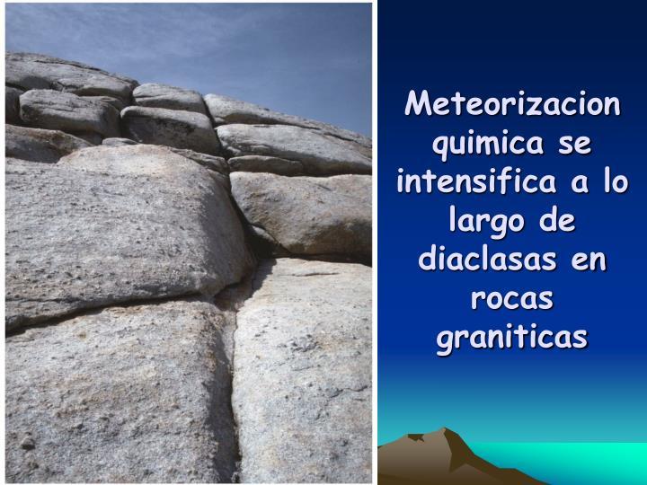 Meteorizacion quimica se intensifica a lo largo de diaclasas en rocas graniticas