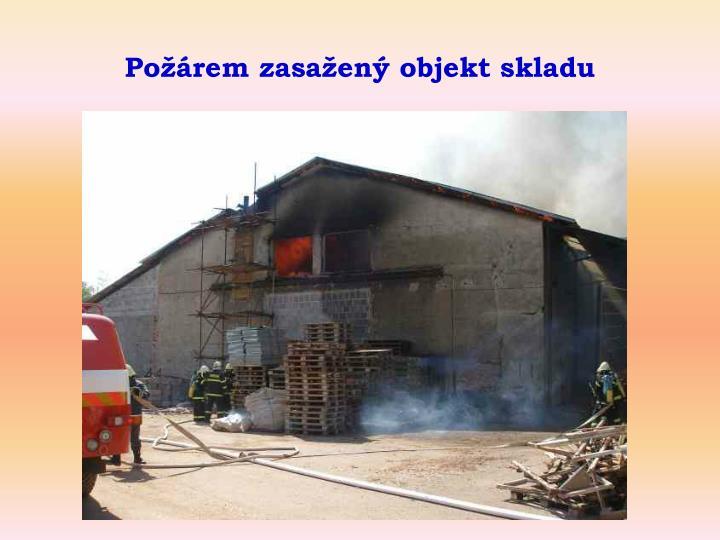 Požárem zasažený objekt skladu