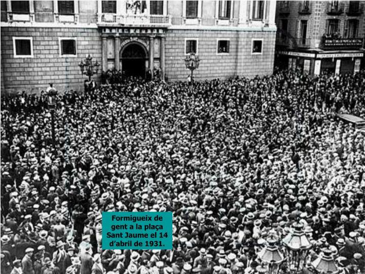Formigueix de gent a la plaça Sant Jaume el 14 d'abril de 1931.