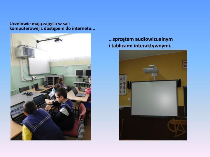 Uczniowie mają zajęcia w sali komputerowej z dostępem do