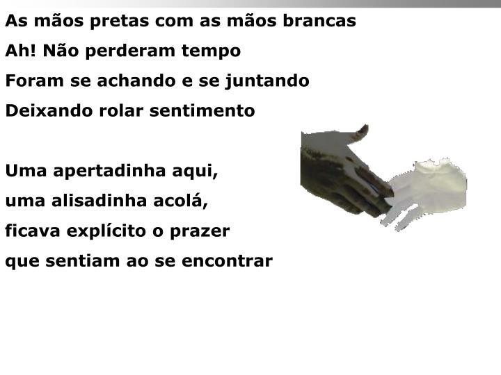 As mãos pretas com as mãos brancas