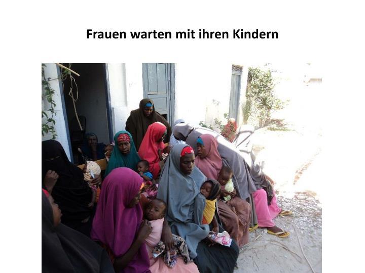 Frauen warten mit ihren Kindern