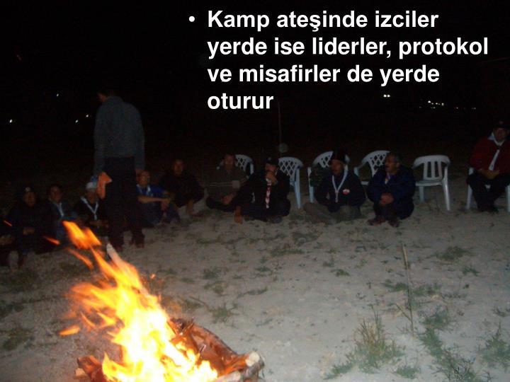 Kamp ateşinde izciler yerde ise liderler, protokol ve misafirler de yerde oturur