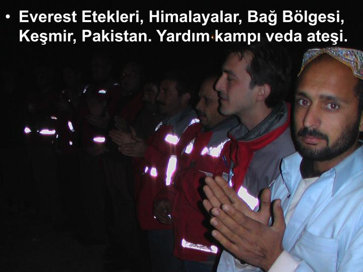 Everest Etekleri, Himalayalar, Bağ Bölgesi, Keşmir, Pakistan. Yardım kampı veda ateşi.