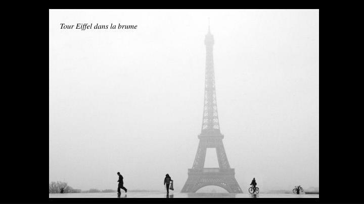 Tour Eiffel dans la brume