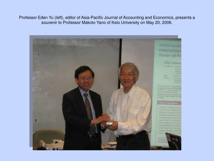 Professor Eden Yu (left), editor of Asia-Pacific Journal of Accounting and Economics, presents a souvenir to Professor Makoto Yano of Keio University on May 20, 2006.