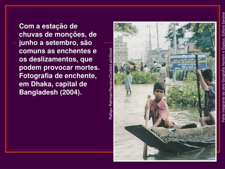 Com a estação de chuvas de monções, de junho a setembro, são comuns as enchentes e os deslizamentos, que podem provocar mortes. Fotografia de enchente, em Dhaka, capital de Bangladesh (2004).