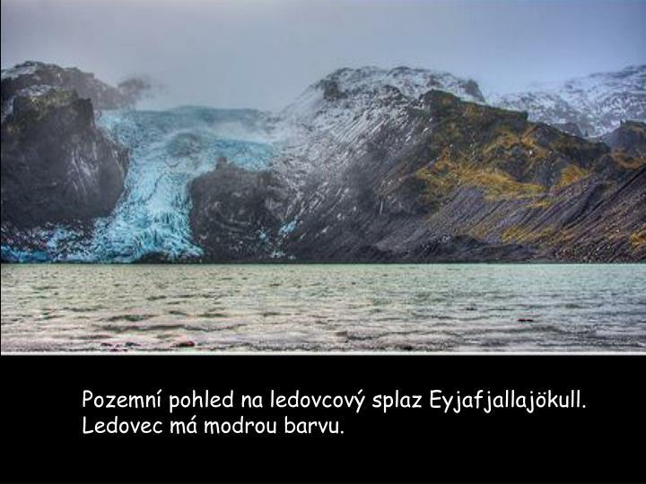 Pozemní pohled na ledovcový splaz Eyjafjallajökull. Ledovec má modrou barvu.