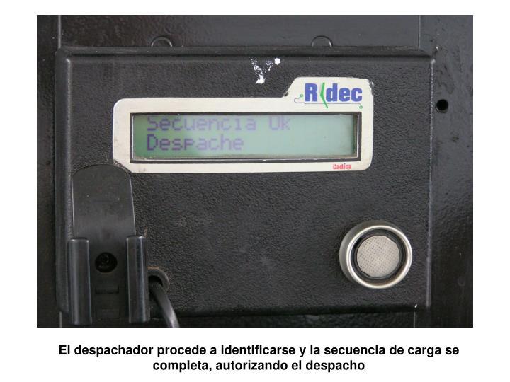 El despachador procede a identificarse y la secuencia de carga se completa, autorizando el despacho