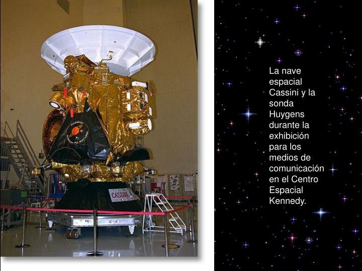 La nave espacial  Cassini y la sonda Huygens durante la  exhibición para los medios de comunicació...