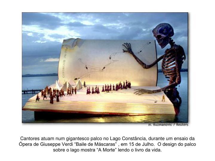 """Cantores atuam num gigantesco palco no Lago Constância, durante um ensaio da Ópera de Giuseppe Verdi """"Baile de Máscaras"""" , em 15 de Julho.  O design do palco sobre o lago mostra """"A Morte"""" lendo o livro da vida."""