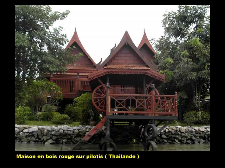 Maison en bois rouge sur pilotis ( Thailande )