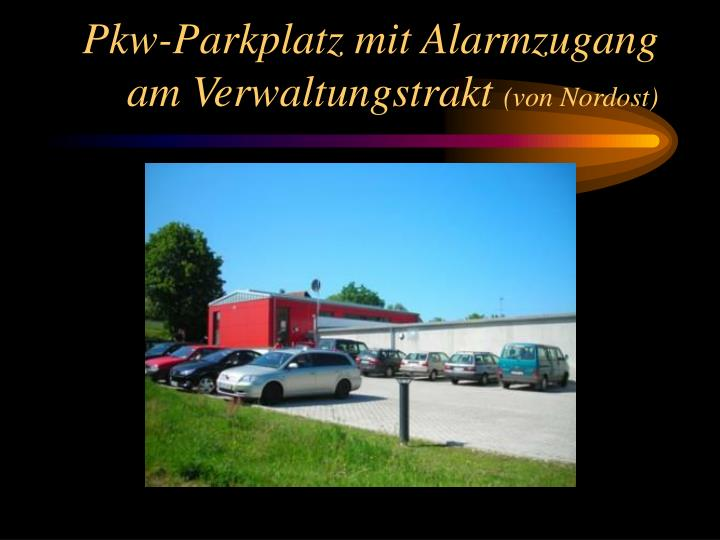 Pkw-Parkplatz mit Alarmzugang am Verwaltungstrakt