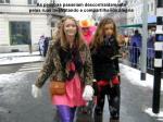 as pessoas passeiam descontraidamente pelas ruas desfrutando e compartilhando alegria