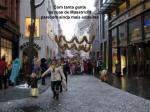 com tanta gente as ruas de maastricht parecem ainda mais estreitas