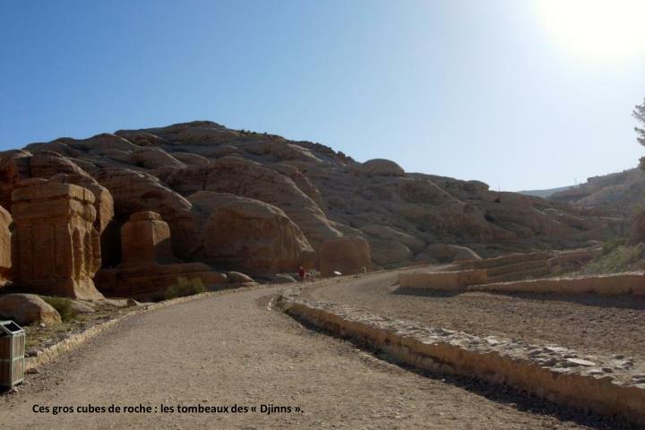 Ces gros cubes de roche : les tombeaux des «Djinns».