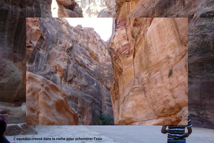 Le  Sîq est le long défilé étroit et sinueux  qui mène à l'entrée du site antique de Pétra et débouche juste devant le Khazneh