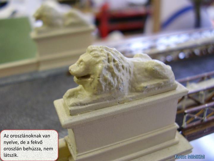 Az oroszlánoknak van nyelve, de a fekvő oroszlán behúzza, nem látszik.