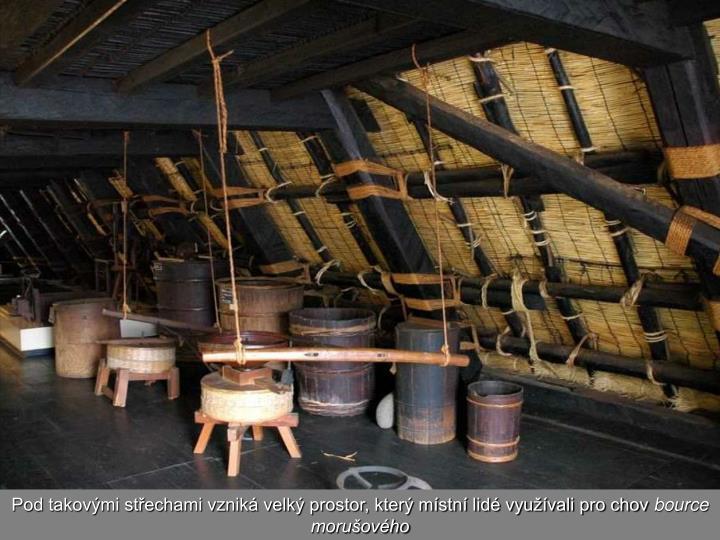 Pod takovými střechami vzniká velký prostor, který místní lidé využívali pro chov