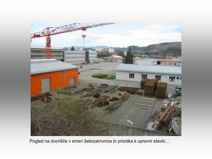 Pogled na dvorišče v smeri železokrivnice in prizidka k upravni stavbi…