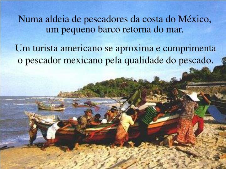 Numa aldeia de pescadores da costa do México, um pequeno barco retorna do mar.